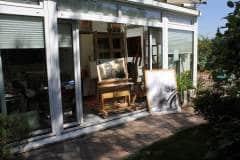Affe bewacht das Atelier von Andrea Denis - Gartenseite