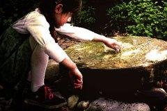 Kind am Brunnen