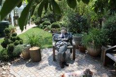 Paul relaxt unter der alten Magnolie